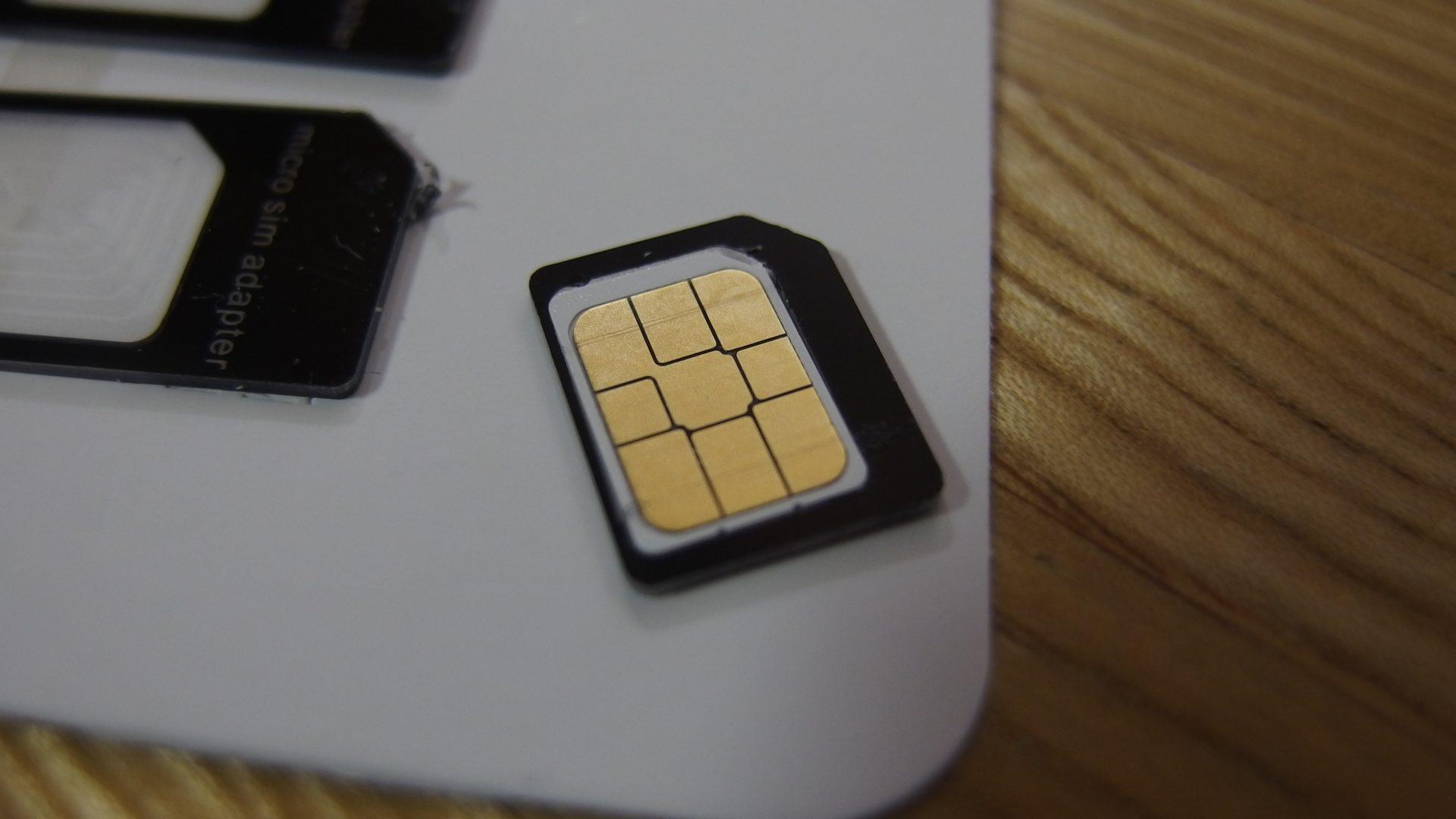 nanoSIMカードをセット