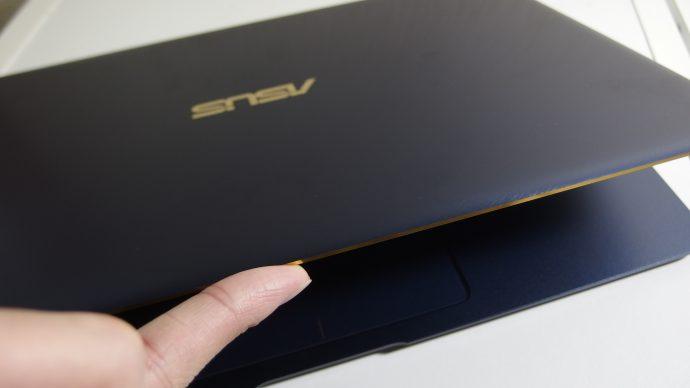 Zenbook3は片手でオープンできる