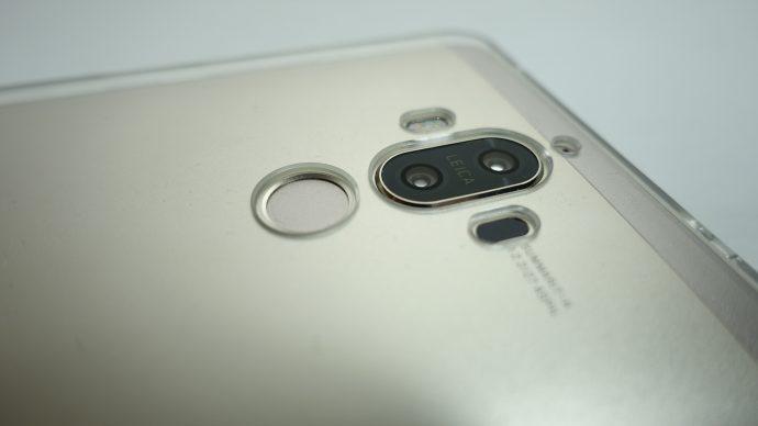 カメラや指紋センサー部分