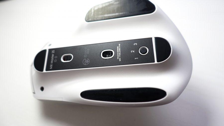 ひっくり返すとスライド式の電源スイッチとEasy-switch
