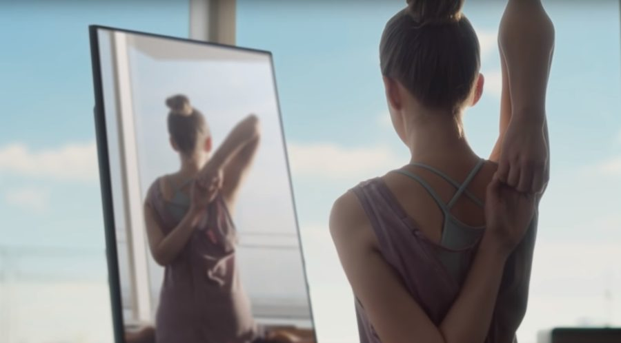 ヨガに励む女性の背面からの映像を映すBallie