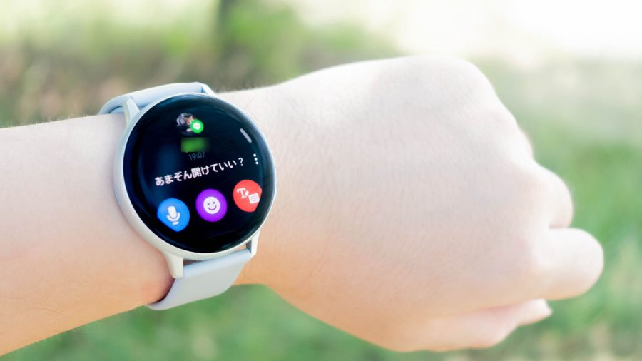 Galaxy Watch Active2でLINEの通知をチェックしている様子
