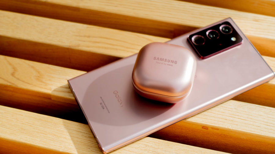 Galaxy Note20 Ultraのワイヤレスパワーシェアで充電中のGlaaxy Buds Live