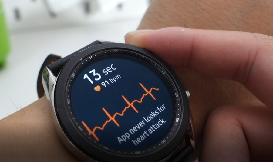 Galaxy Watch3でECG機能を利用中の様子
