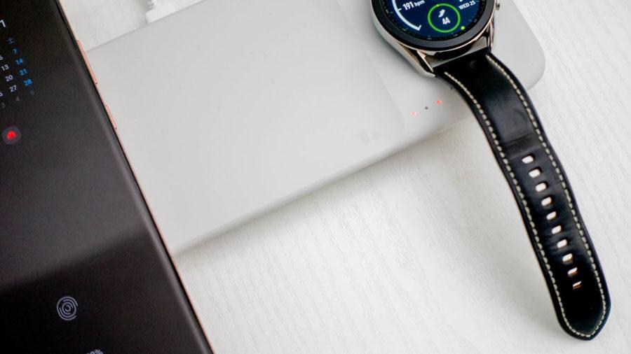 中央を開けてデバイスを充電するとLEDインジケーターにも反映