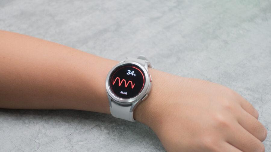 Galaxy Watch4 Classicで血圧測定している様子