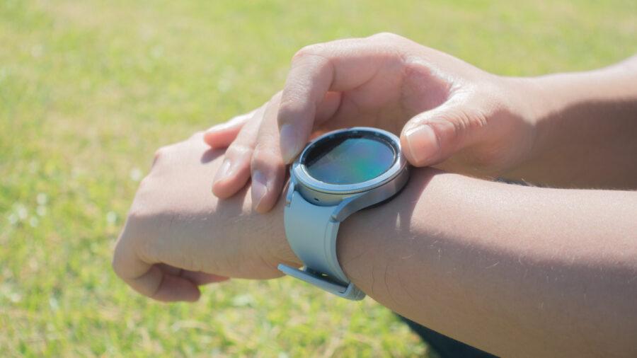 Galaxy Watch4 Classicの回転ベゼルを操作している様子